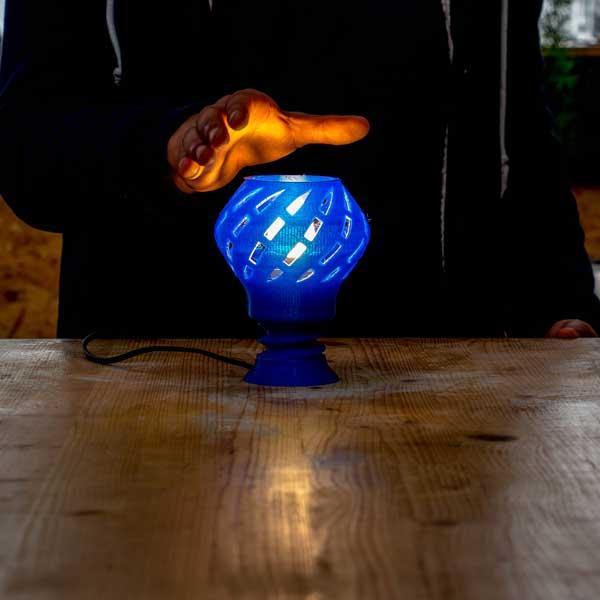 pas seulement une lampe à imprimer mais aussi la main de Ghassen