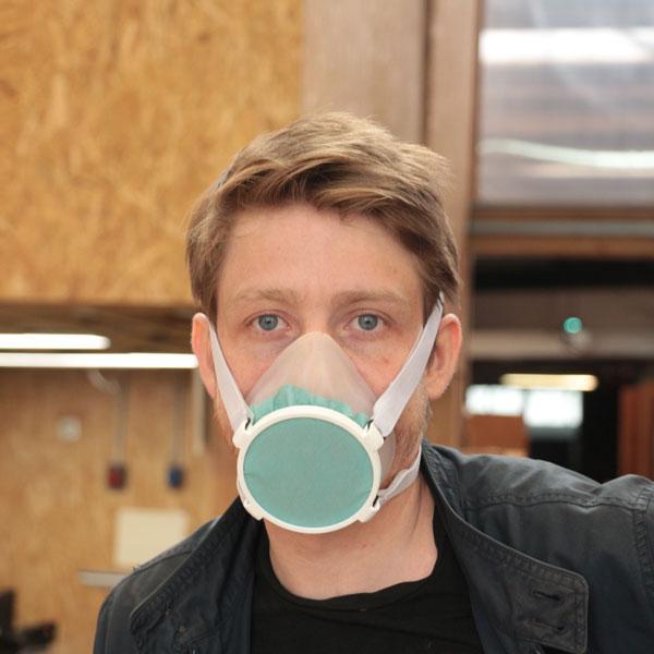 Homme très beau portant le masque Aura avec élégance. Vue de face