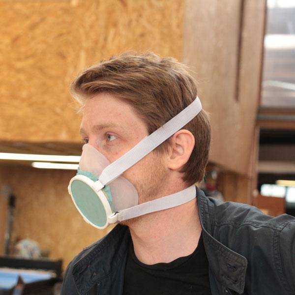 Homme très beau portant le masque Aura avec élégance. Vue de profil